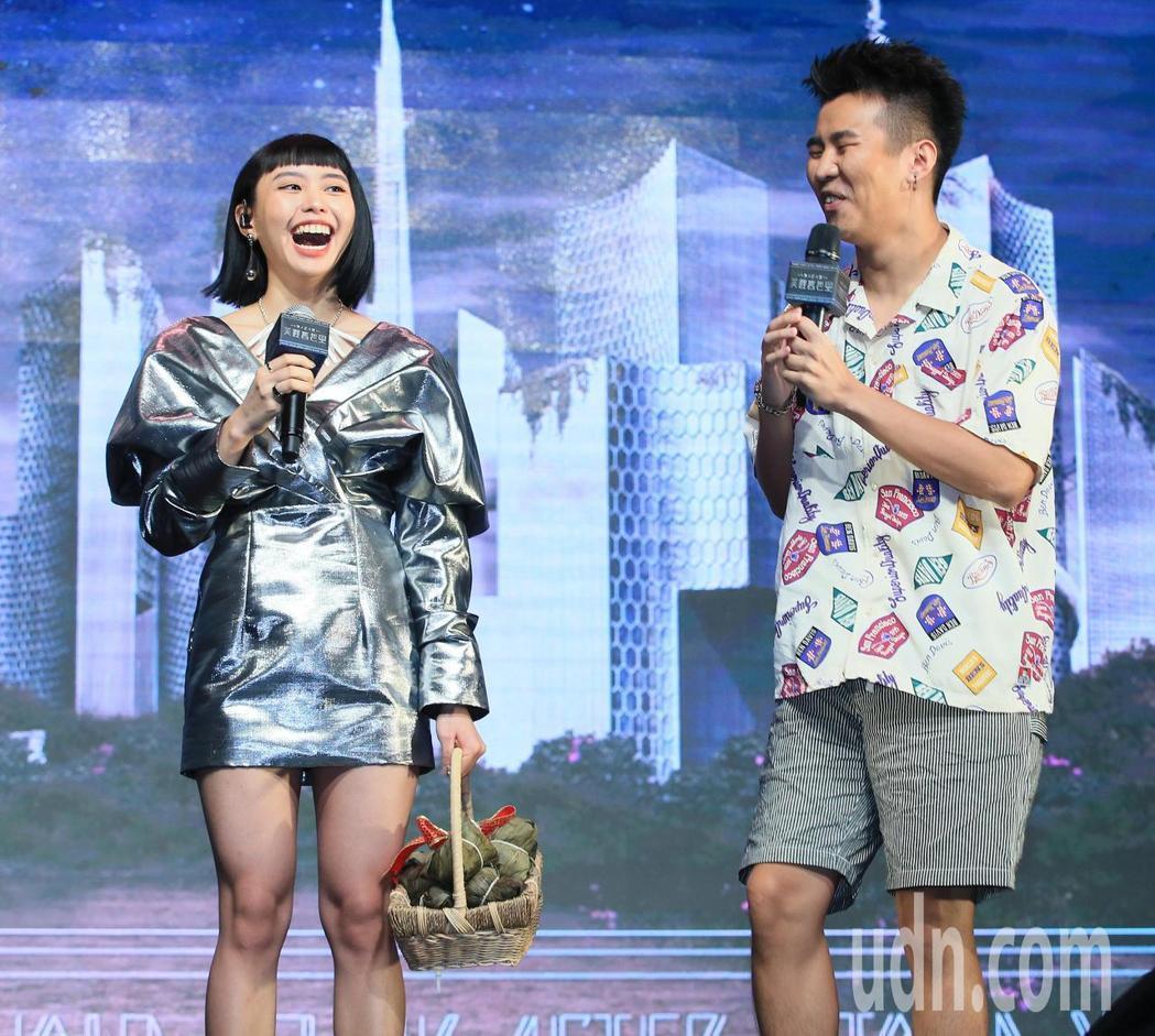 屁孩(右)送上冠軍粽替李芷婷打氣。記者潘俊宏/攝影