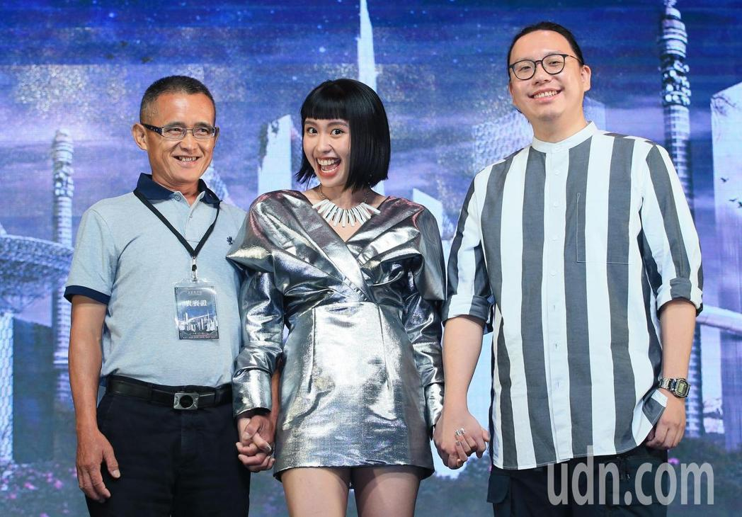 李芷婷(中)正式跨入歌壇,李爸爸(左)、公司老闆黃建東獻上祝福。記者潘俊宏/攝影