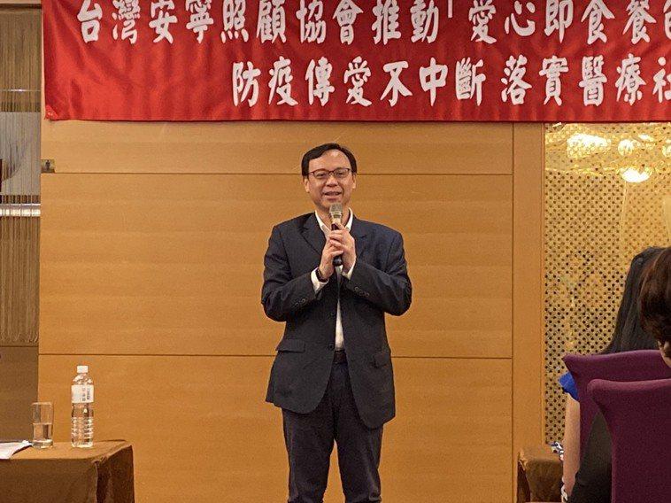 醫事司長石崇良表示,照顧癌症末期病人是非常辛苦的事,希望社會與更多善心企業能看到...