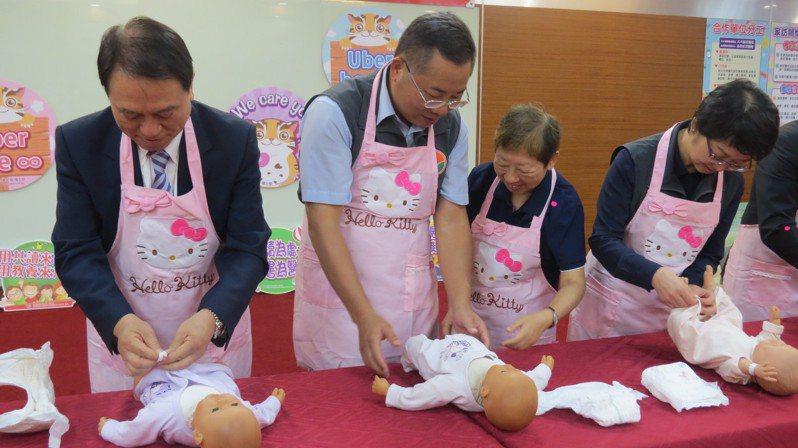 苗栗縣政府今天啟動「傳送健康,傳播愛」周產期高風險孕產婦兒關懷服務,預防性提供關懷及協助轉介。記者范榮達/攝影