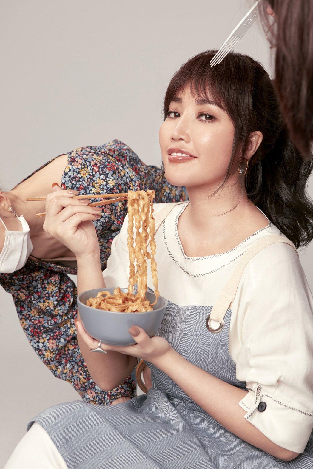 A-Lin很不住一直吃道具,一度導致拍攝中斷。圖/老媽拌麵提供