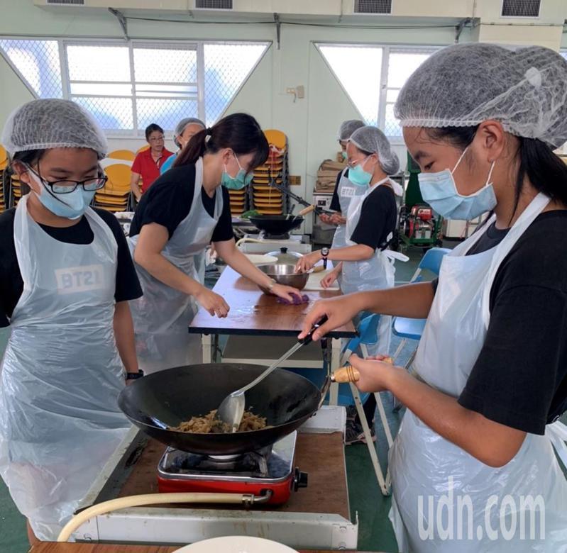 台南市官田國小畢業生自辦謝師宴,五菜一湯讓老師很感動。圖/官田國小提供