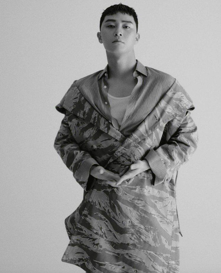 朴敘俊拍攝新加坡T magazine時穿了CELINE春夏男裝大衣外套。圖/CE...