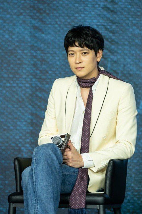 姜棟元出席電影宣傳活動時身穿CELINE春夏男裝。圖/CELINE BY HED...