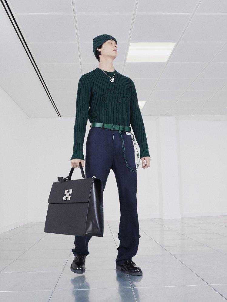 職場的必備的公事包,在Off-White的概念下,則是搭配皮革喇叭褲與色塊拼接丹...
