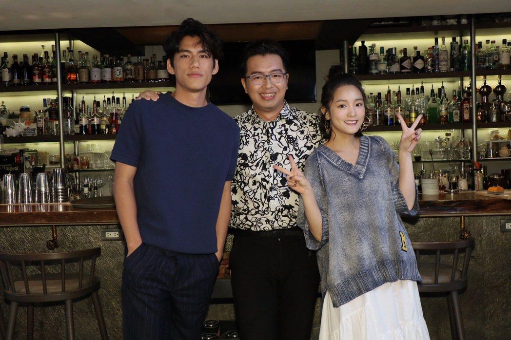 王淨(右起)、主持人鄭偉柏、朱軒洋在節目暢聊。圖/E!Studio藝鏡到底提供