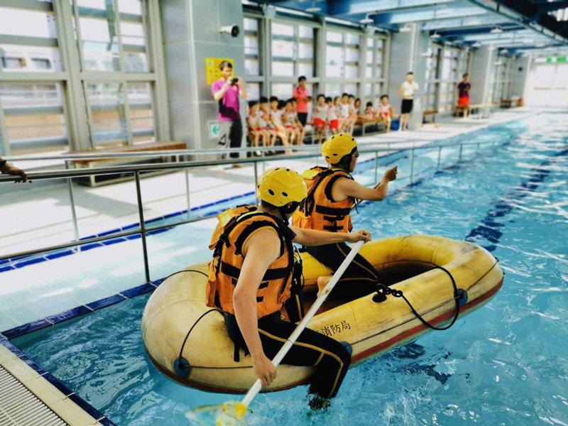 暑假將至天氣炎熱,防民眾戲水溺水,桃園市消防局加強泳池演練橡皮艇救生、入水救援,宣導泳池防溺,吸引小朋友互動反應熱烈。圖/消防局1大隊提供