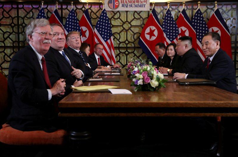 美國總統川普(左三)與北韓領導人金正恩在河內舉行的第二次峰會(右二),當時的國安顧問波頓(左)也在場。路透