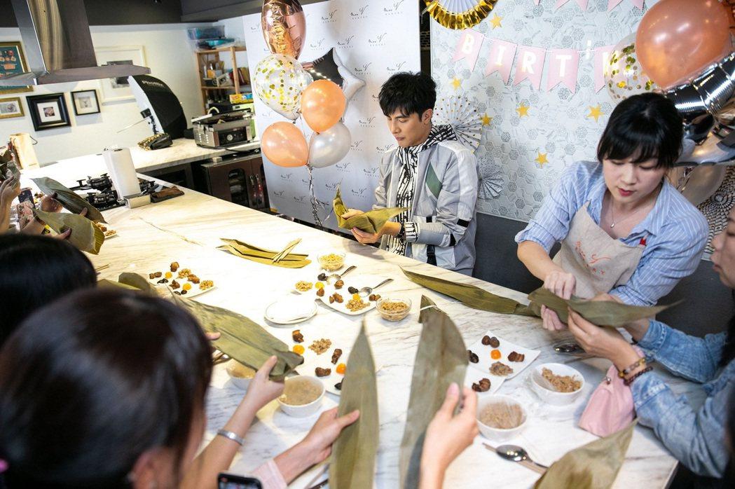 謝佳見特別舉辦「一見粽情」午茶約會,與粉絲一同包粽同樂。圖/藝和創藝提供