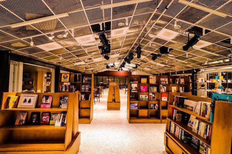 文化部加碼補助的「藝FUN券」可看電影、買書。圖為「PLAYground南村劇場」書店。圖/聯合文創提供
