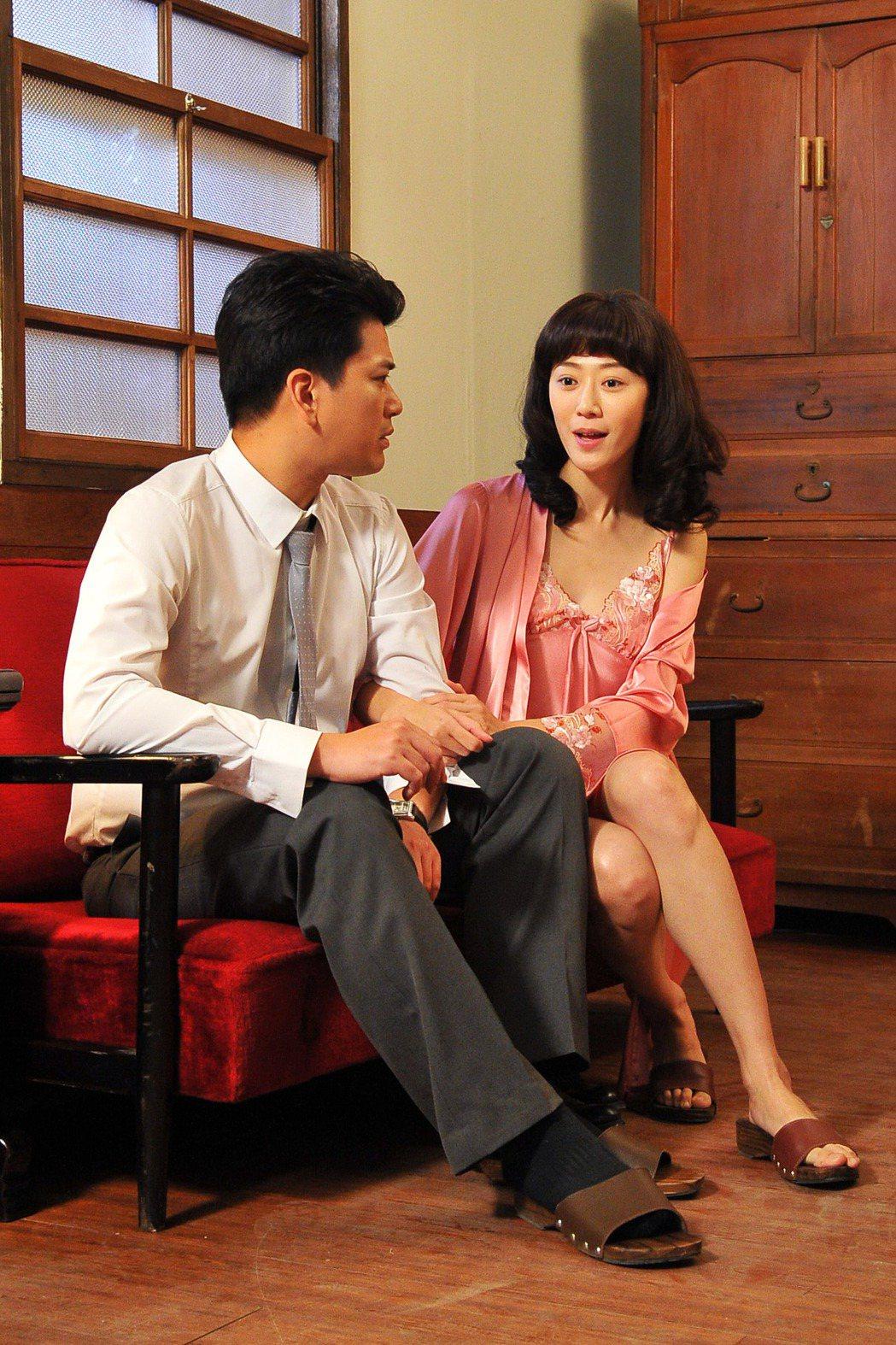 許蓁蓁(右)劇中色誘潘逸安。圖/台視提供