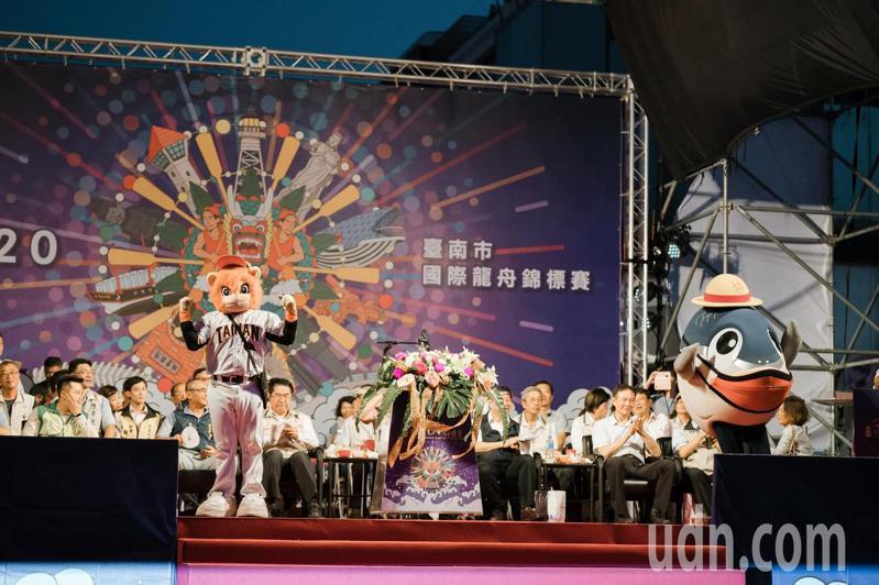 台南國際龍舟錦標賽今晚登場,魚頭君與萊恩勁舞。記者鄭惠仁/攝影