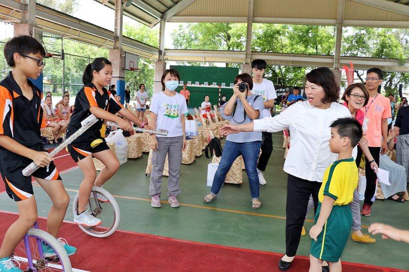 嘉義市長黃敏惠與各校選手一起完成大隊接力模擬賽,希望全國賽圓滿成功。記者李承穎/攝影