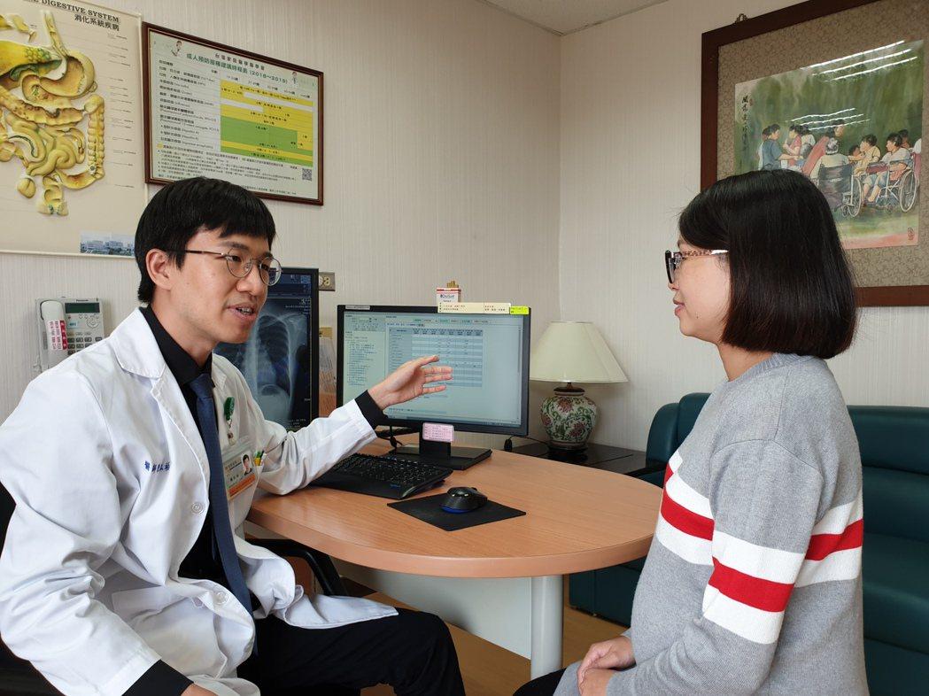 成大醫院健康管理中心醫師陳泓裕協助健檢民眾解讀健檢報告。圖/成大提供
