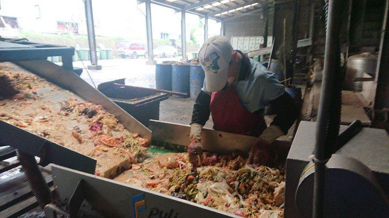 苗栗市公所推垃圾減量,請市民注意正確廚餘回收。 圖/聯合報系資料照片