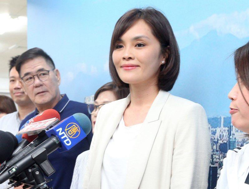 高雄市議員李眉蓁(中)現身市黨部,證實已經獲通知將代表國民黨參加高雄市長補選,她表示將會全力以赴獲得勝選。記者劉學聖/攝影