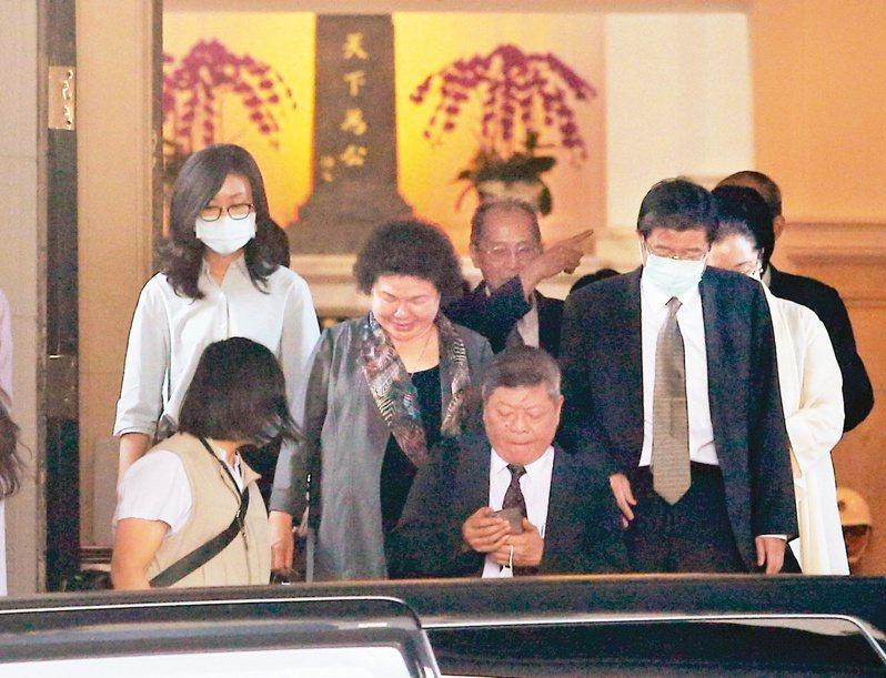 被提名監察院長的陳菊(左三)與現任監委趙永清(前中)等人步出總統府大門。 圖/聯合報系資料照片