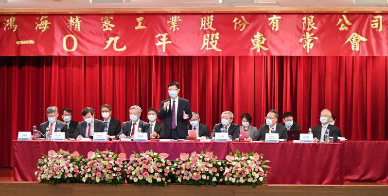 鴻海董事長劉揚偉(圖中)昨天與公司高層一起出席股東會。圖╱鴻海提供
