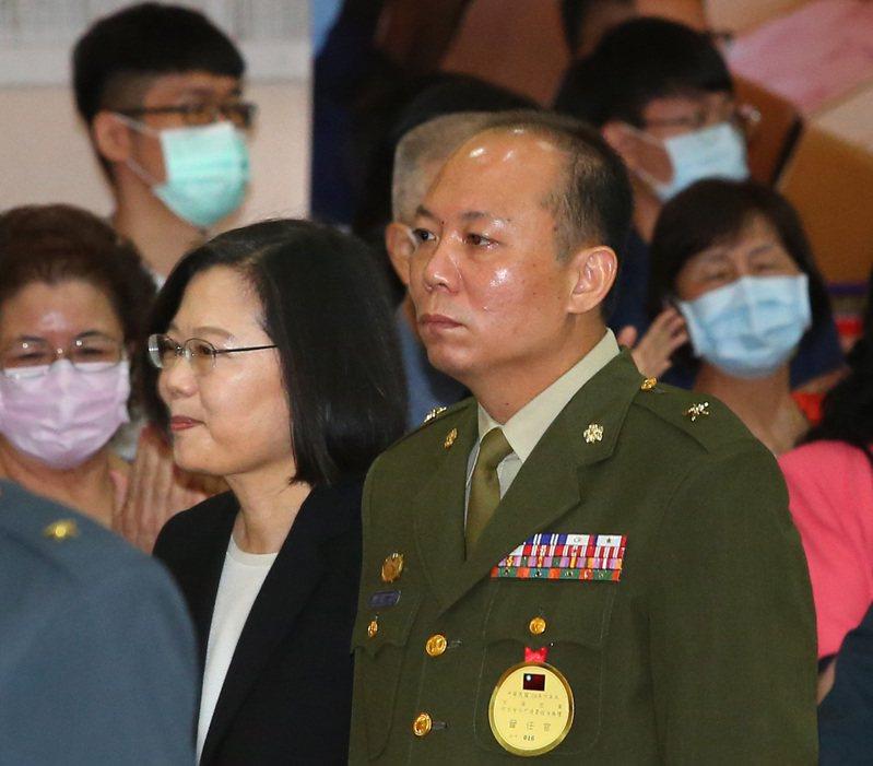 涉私菸案被記大過的總統府警衛室主任陳敏華(右)晉任少將惹爭議。記者林澔一/攝影