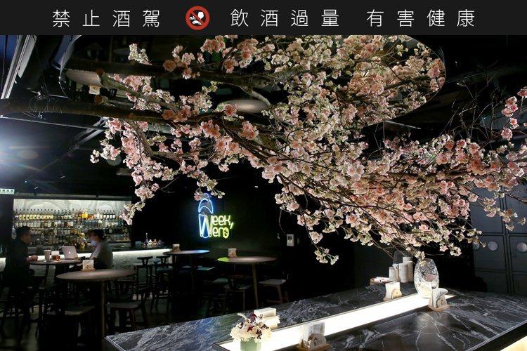 在地下室的一室粉櫻美景,讓空間瞬間開闊、似在春日的櫻花樹下小酌怡情。記者余承翰/...