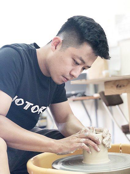 陶藝家謝秉諺擅於手拉坯技法創作,除了陶藝作品多次獲獎,個人教學經驗也非常豐富。 ...