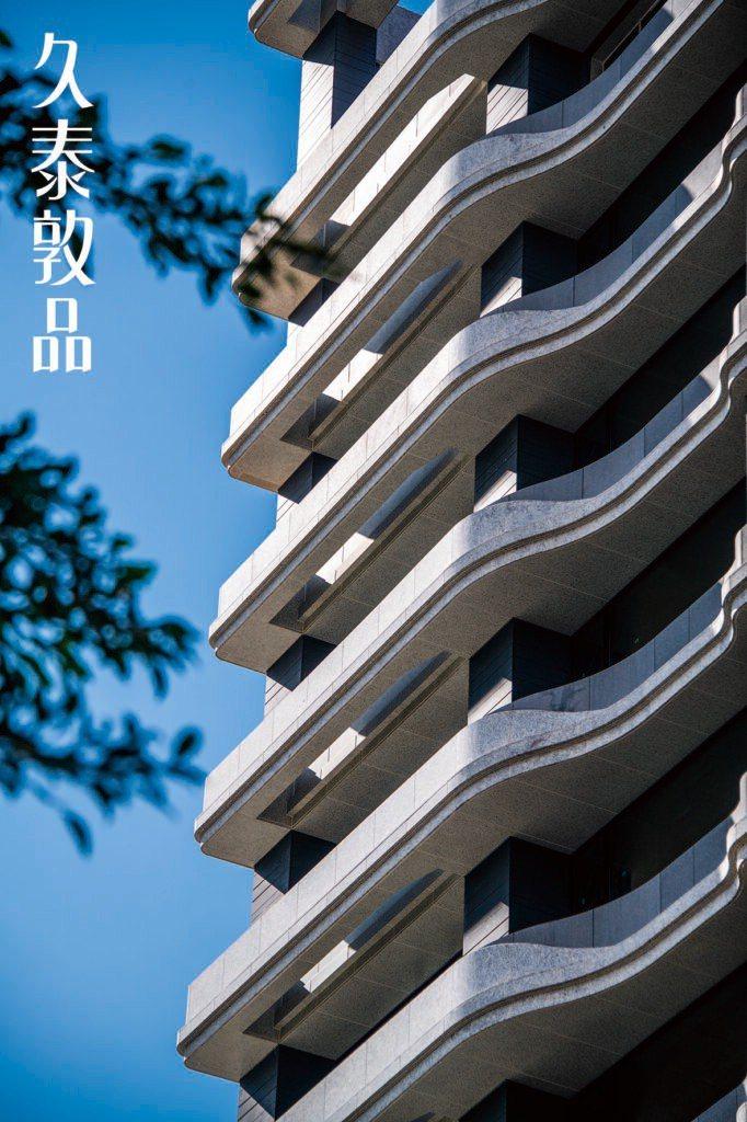 國際P&T建築在老公寓群中,特調私房的新建築。