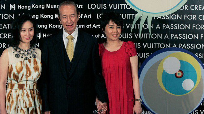 有澳門賭王之稱的已故香港富豪何鴻燊2009年5月21日與妻子和長女何超瓊(左)在...