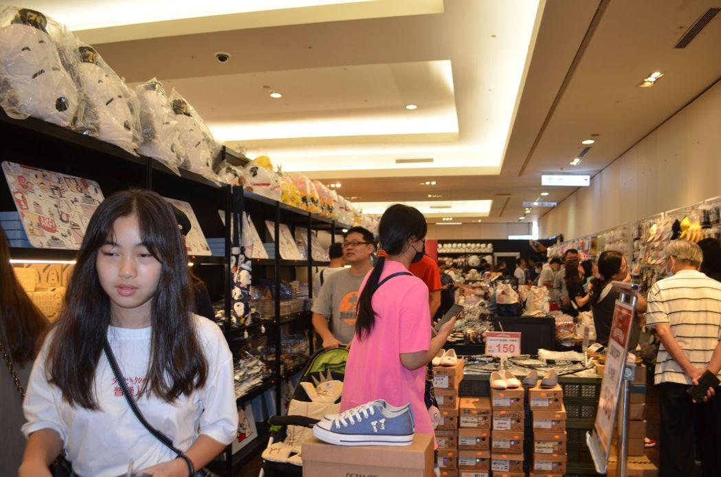 限定商品販售區吸引來選購人潮。  陳慧明 攝影