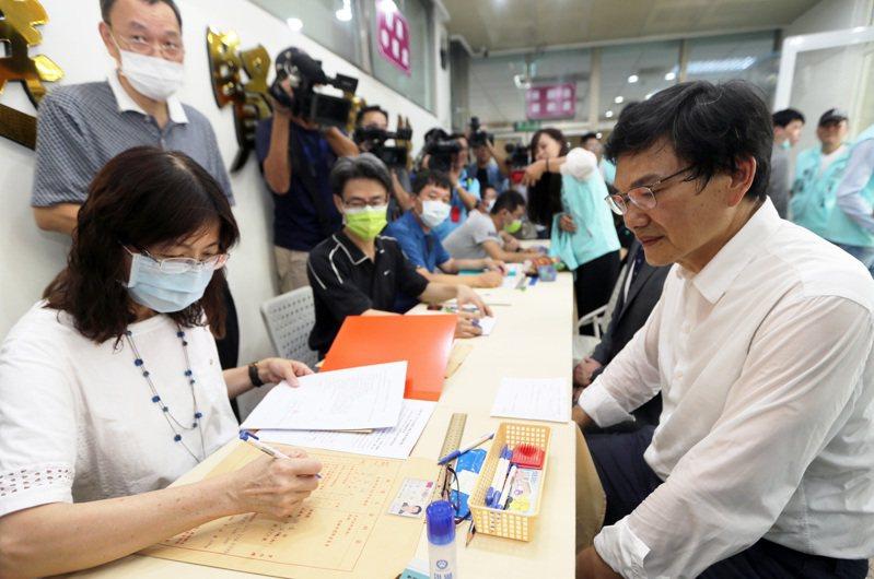高雄市長補選今天最後一天登記,台灣民眾黨推薦的吳益政(右)前往登記。聯合報系記者劉學聖/攝影