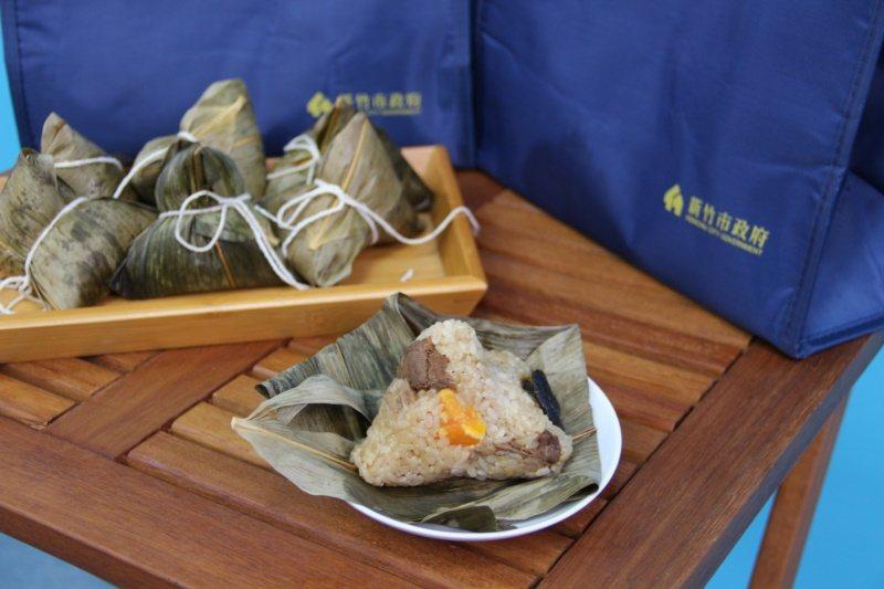 北部粽外層不摻料,但內餡較豐富,除了基本配備的香菇、肉塊、菜舖外,還有加上栗子、...