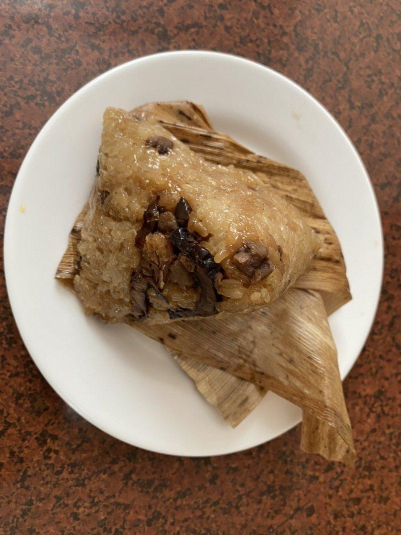 客家粽以糯米粉加水揉成的米團所製,主要餡料有香菇、肉、蘿蔔乾與蝦米,並加入胡椒、...