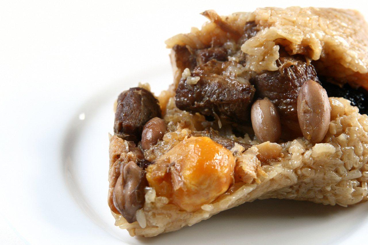 蝦米、蛋黃、香菇、紅蔥頭、花生與肉則是鹹粽的基本餡料。 圖/陳立凱 攝影