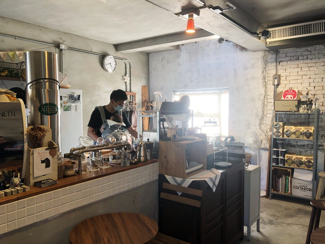 老闆甯捷四年前返鄉彰化,利用曾祖父留下的老房子,重新整理改建成如今的空間。「炎生...