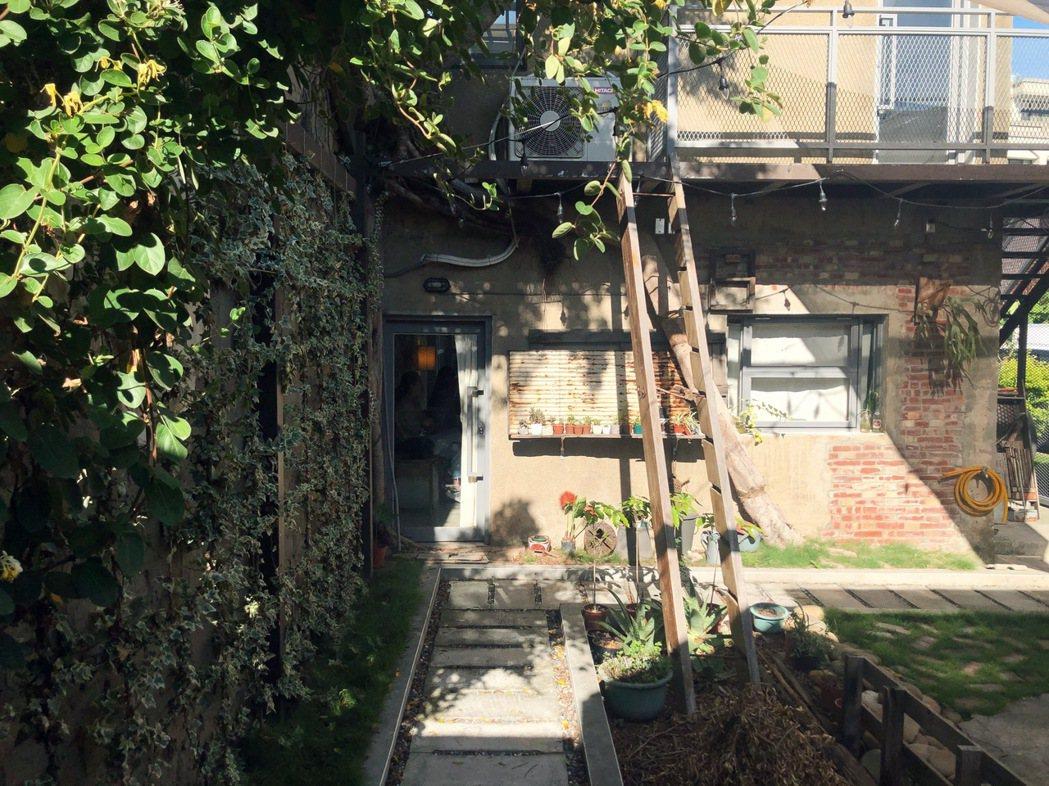 老闆甯捷接手改造部分空間,將屋簷與磚牆打開,變身成為有前院與中庭的空間,形成格局...