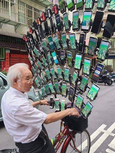 網友在臉書分享寶可夢阿伯的近況,手機已達到64支。圖擷自【爆廢公社公開版】