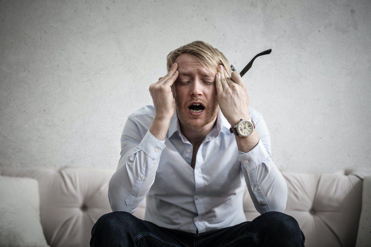 男性上了年紀,常有精神不濟、愛打瞌睡、情緒不穩和對工作較無動力情形。 圖/pex...