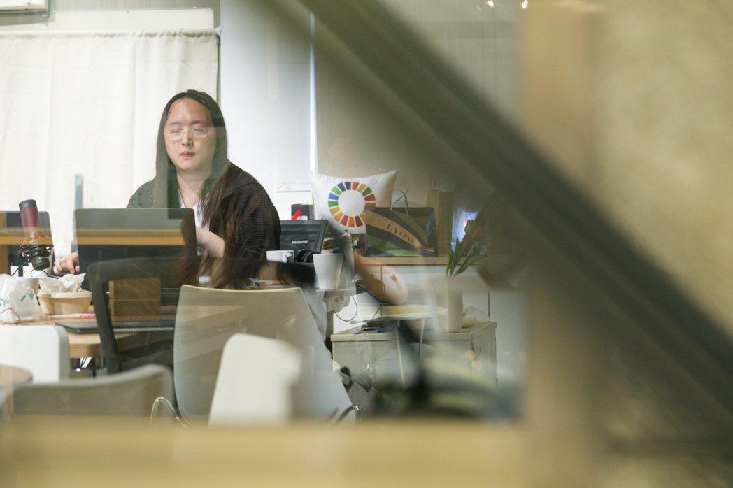 唐鳳每天平均要進行七場以上的視訊會議。記者陳立凱/攝影