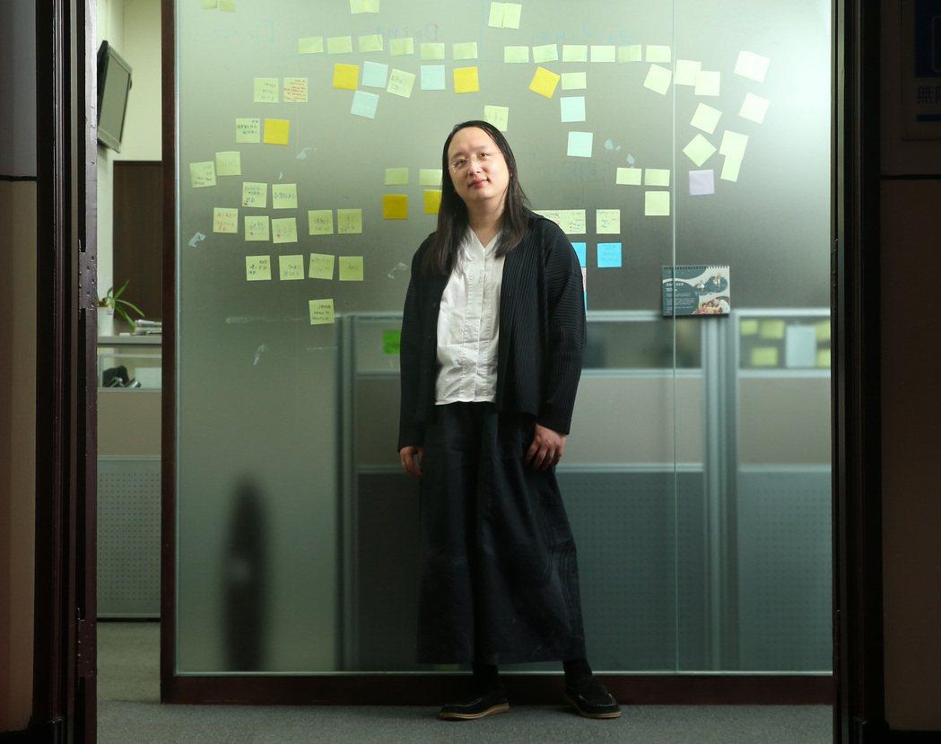 唐鳳的服裝風格相當一致,多以黑白為主色調。記者林澔一/攝影
