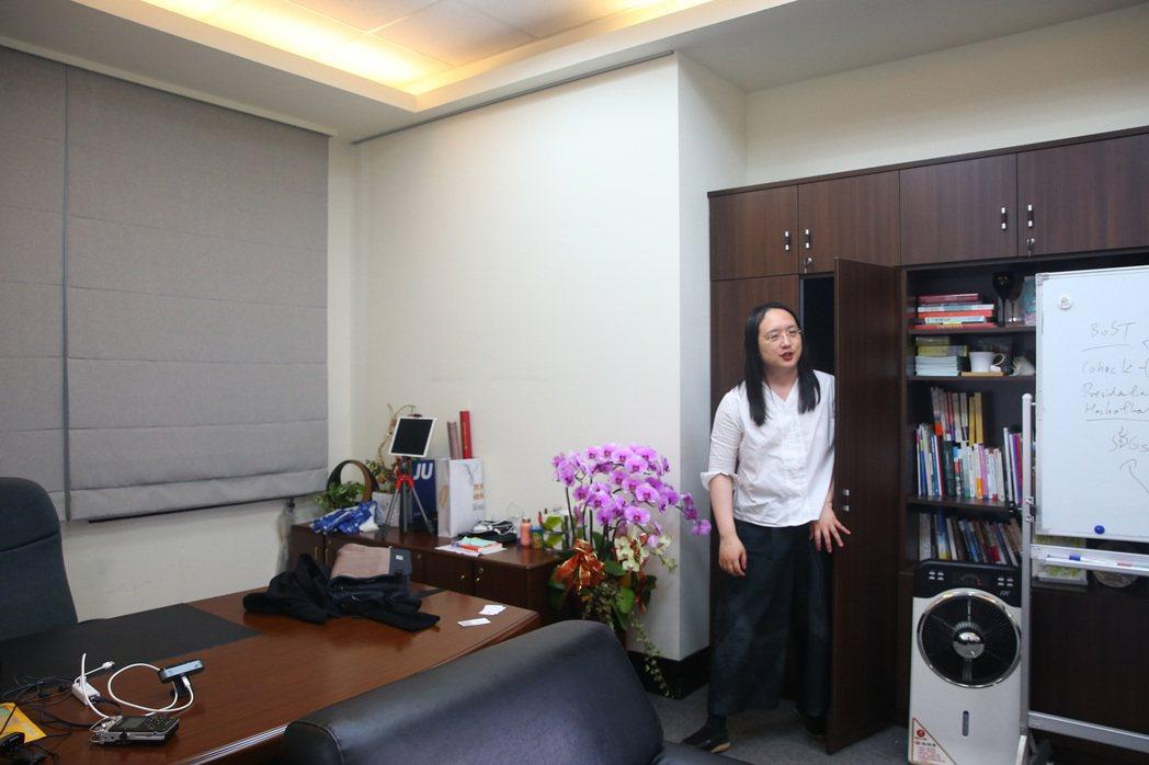 唐鳳從辦公室裡的暗門走出受訪。記者林澔一/攝影