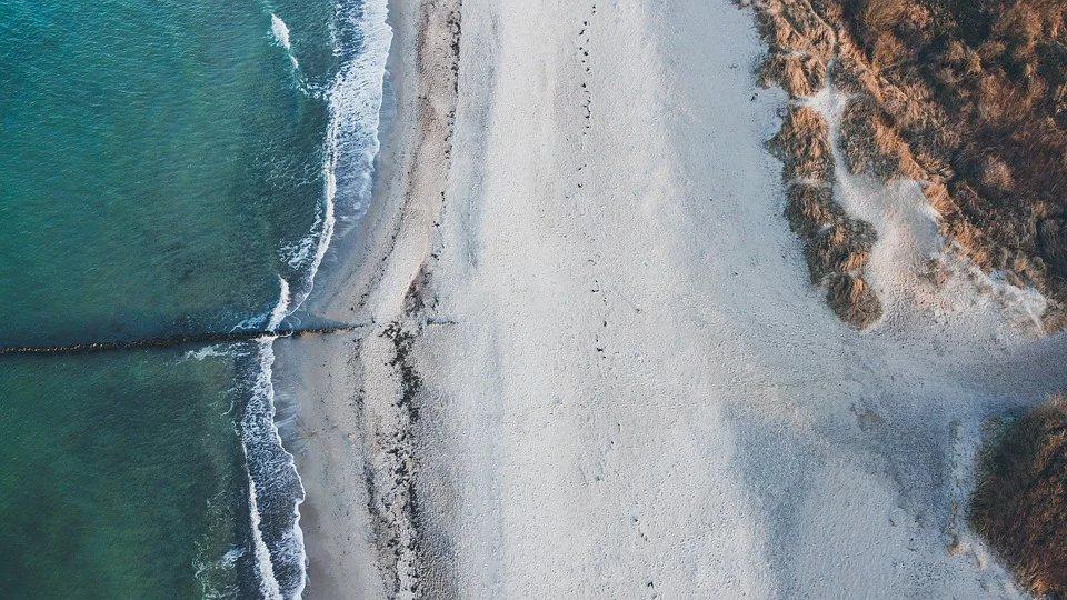 航空攝影的好處是已有行之有年的方法和技巧,照片可用來幫助決定要優先清哪一段海岸。...