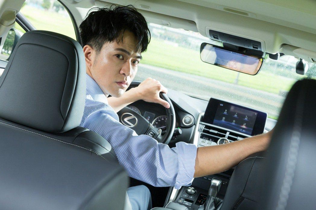 顏毓麟認為帥氣的開車姿勢可以轉移停車技術不夠好的問題。 記者陳立凱/攝影