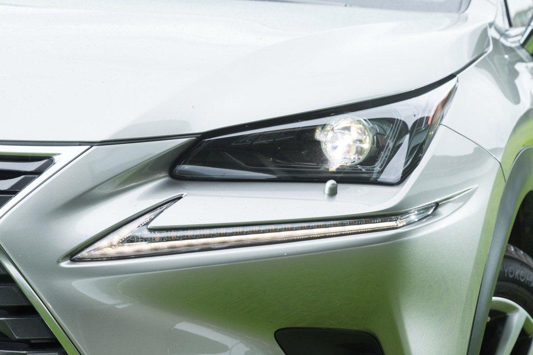 NX 200配備LED投射頭燈搭配箭矢型日行燈設計,充滿科技感。 記者陳立凱/攝...