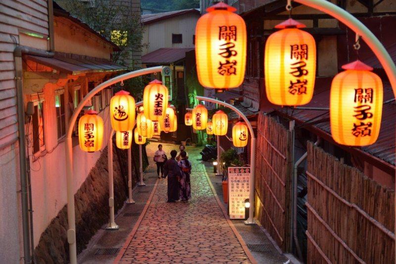 關子嶺老街燈飾造景,值得漫步夜遊。 圖/台南市政府觀旅局提供
