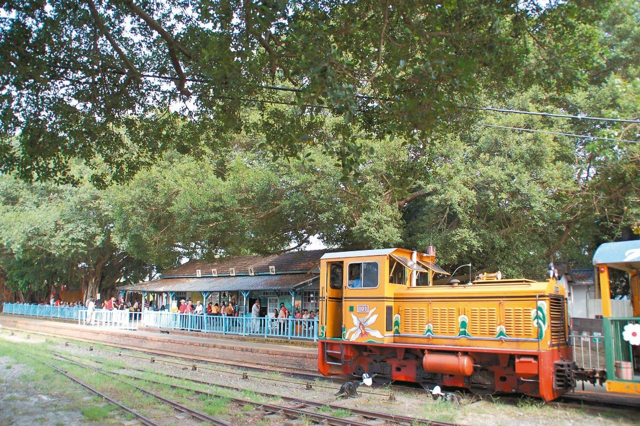 日式木造車站及五分車是烏樹林車站的魅力所在。 圖/邵心杰 攝影