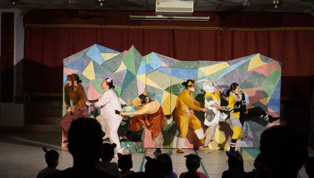 東大學秋野芒劇團演出《許願樹》。 東華大學/提供。