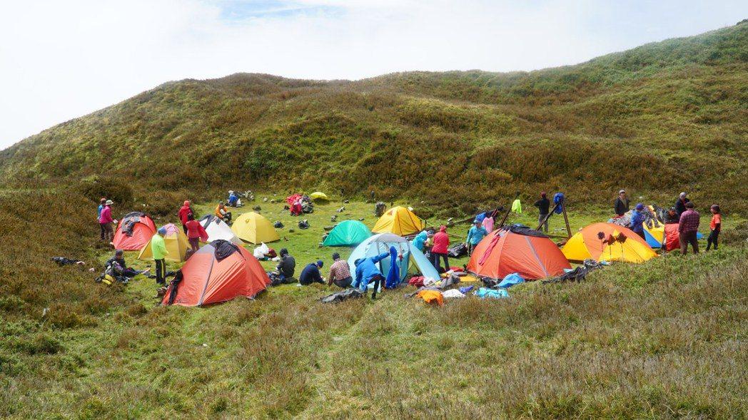 在擁擠的營地中,純淨荒野是否離我們越來越遙遠?圖為能高小屋遺址。 圖/作者自攝