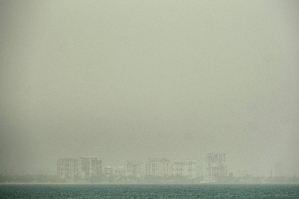 來自撒哈拉沙漠的沙塵,正往美國本土衝去。圖為23日,抵達波多黎各的沙塵暴霧霾。 ...