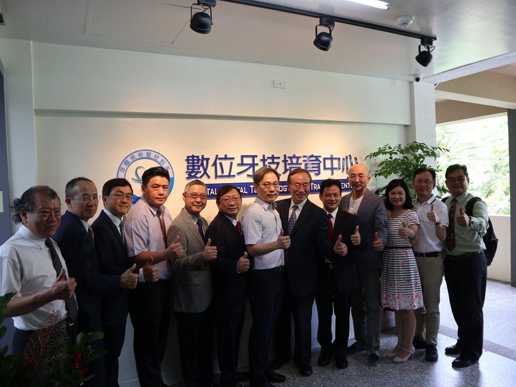 數位牙技培育中心24日正式揭牌啟用。 中臺科大/提供。