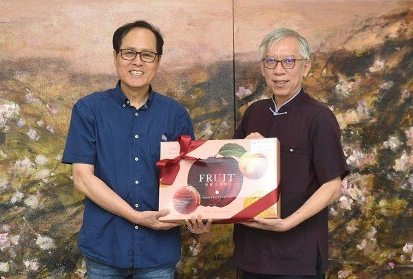 國父紀念館館長梁永斐(右)贈送藝術家蘇憲法教授端午水果錦盒。 國父紀念館/提供