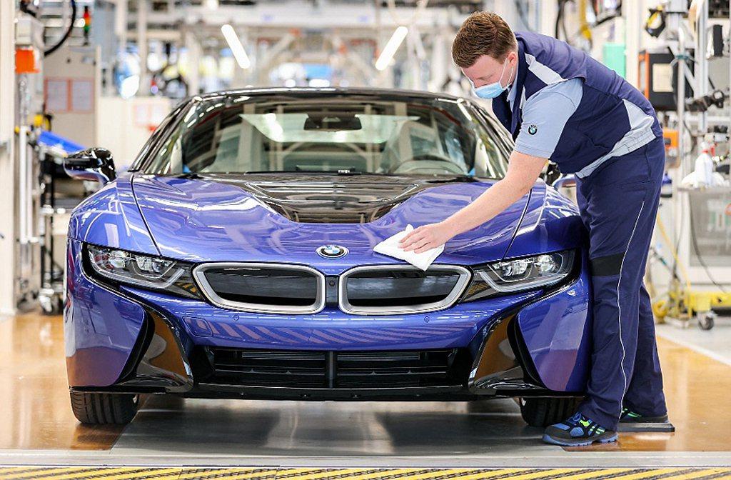 工廠經理Hans-Peter Kemser表示:BMW i8約6年的生命週期中共...